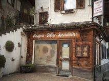 St Pankraz Włochy, Lipiec, - 14, 2016: Drewniany sklepu przód poprzedni masarki ` s sklep w St Pankraz, Południowy Tyrol/ Obrazy Stock