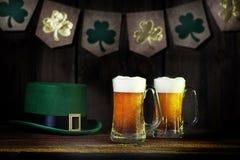 St Patirck ` s天啤酒和妖精帽子 库存照片