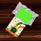 St. Patrick зеленеет шоколад с баком, монетками и shamrocks на крышке Стоковые Фото
