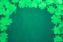 St Patrick bakgrund med den pappers- treklövern Royaltyfria Foton