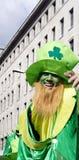 St Patrick dagkabouter met hoed Londen Stock Fotografie