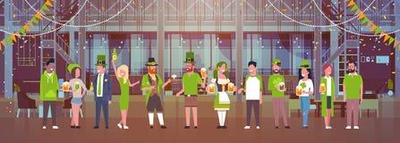 St Patrick Day Celebration Horizontal Banner con el grupo de personas en trajes verdes que bebe la cerveza Fotografía de archivo libre de regalías