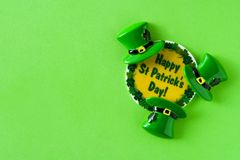 St Patrick dnia symbole na zielonym tle zdjęcie royalty free