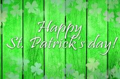 St Patrick feliz & x27; nota do dia de s em uma textura de madeira Fotografia de Stock Royalty Free