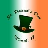 St Patrick Hut auf irische Flagge unscharfem Hintergrund Stockfotografie