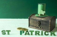 St Patrick ord och hatt på en skattbröstkorg Arkivbilder