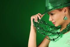 st patrick s девушки дня Шляпа молодой женщины нося над зеленым цветом Стоковое Изображение
