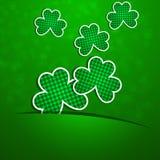 st patrick s дня Клевер на зеленой предпосылке с ухудшением иллюстрация вектора