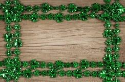 st patrick s дня Рамка на деревянной предпосылке Стоковое Изображение