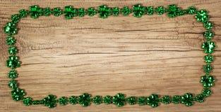 st patrick s дня Рамка на деревянной предпосылке Стоковая Фотография RF