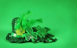 st patrick s дня Сияющие стекла шляпы и Shamrock форменные Стоковая Фотография