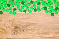 St Patrick ` s Dagachtergrond, één zijgrens met groene quatrefoils en ruimte voor tekst stock foto