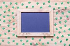 St Patrick ` s Dagachtergrond met groene quatrefoils op de houten achtergrond Royalty-vrije Stock Foto