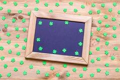 St Patrick ` s Dagachtergrond met groene quatrefoils op de houten achtergrond Stock Foto