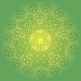St Patrick s dagbakgrund med fnurenprydnaden och växt av släktet Trifolium Arkivbilder