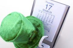 St Patrick ` s Dagkalender voor 17 Maart met groene kabouterhoed Royalty-vrije Stock Foto's