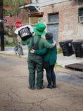St Patrick & x27; s-dagpar i New Orleans arkivbilder