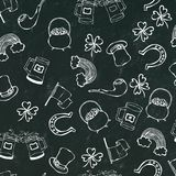 St Patrick s dnia Bezszwowy tło Wzór piwo, kapelusz, koniczyna, flaga, podkowa, drymba, garnek złoto, tęcza na czerni kredzie Bo Fotografia Stock