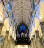 St Patrick ` s Katedralny organ i witraż zdjęcia royalty free