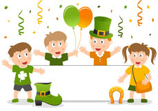 St. Patrick s sztandar i dzieciaki Obrazy Royalty Free