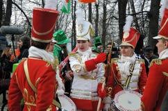 St- Patrick` s Tagesfeier in Moskau Frauenschlagzeugerband Lizenzfreie Stockfotografie