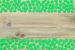 St- Patrick` s Tageshintergrund mit grünen quatrefoils Grenzen Lizenzfreie Stockfotos
