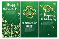 St- Patrick` s Tageshintergrund mit Klee verlässt, goldene Sterne Lizenzfreies Stockbild