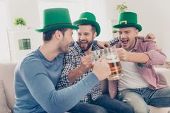 St- Patrick` s Tageskonzept Lachen, netter Freund mit Bier Stockfotos
