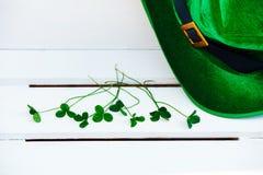 St Patrick ` s van de de achtergrond hoedenkabouter van het dagkostuum Ierse groene witte klaverklaver stock afbeeldingen