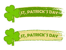 St Patrick Tag mit Shamrock unterzeichnet, zwei grüne gezeichnete Fahnen Stockfoto