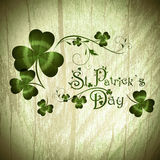 St.Patrick Tagesgruß mit Shamrocks Stockfotografie