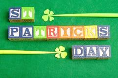 St Patrick& x27; s dag met kleurrijke alfabetblokken dat wordt gespeld Stock Afbeelding