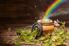St Patricks与不可思议的轻的彩虹罐充分的gol的天装饰 免版税库存图片