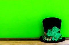 St Patricks与帽子和三叶草的天背景 免版税图库摄影