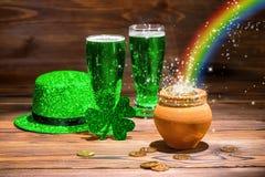 St Patricks与杯的天概念绿色啤酒,三叶草, le 免版税库存图片