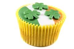St patricks与结冰和三叶草的日杯形蛋糕 免版税库存照片