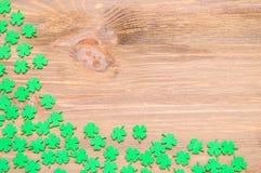 St Patricks与绿色quatrefoils的天背景在木背景,自由空间 图库摄影
