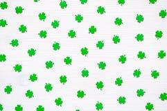 St Patricks与绿色quatrefoils的天背景在白色背景 免版税库存图片
