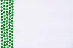 St Patricks与绿色quatrefoils边界的天背景  免版税库存图片
