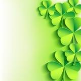 St. Patricks与绿色叶子三叶草的天背景 免版税库存照片
