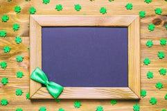 St Patricks与绿色quatrefoils的天背景在木背景 库存照片