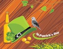 St. Patricks在木的日帽子、硬币和啤酒 库存图片