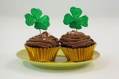 St Patricks在杯形蛋糕的天三叶草在板材保留 免版税库存照片