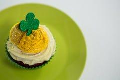 St Patricks在杯形蛋糕的天三叶草在板材保留 免版税库存图片