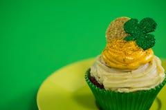 St Patricks在杯形蛋糕的天三叶草在板材保留 库存照片
