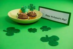 St Patricks在杯形蛋糕的天三叶草在板材保留 免版税图库摄影