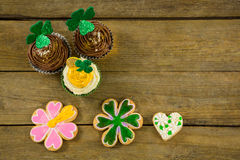 St Patricks在杯形蛋糕的天三叶草用曲奇饼 库存照片
