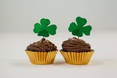 St Patricks在杯形蛋糕的天三叶草 免版税图库摄影