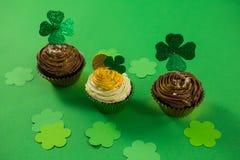 St Patricks在杯形蛋糕的天三叶草 库存照片