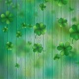 St Patricks在绿色木背景的天三叶草 EPS 10向量 免版税库存照片